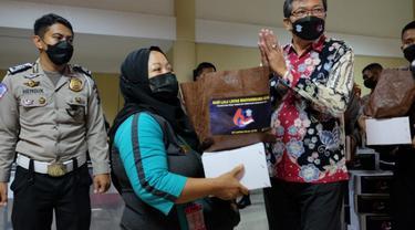 Gelandangan dan pemulung di Surabaya mendapat bansos. (Dian Kurniawan/Liputan6.com)