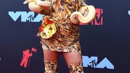Tana Mongeau berpose di karpet merah saat menghadiri MTV VMA's 2019 di New Jersey, AS (26/8/2019). Bintang YouTuber Tana Mongeau menjadi pusat perhatian karena sensasinya membawa seekor ular di acara tersebut. (Photo by Johannes EISELE / AFP)
