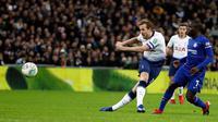 Pemain Tottenham Hotspur, Harry Kane menendang bola saat melawan Chelsea pada pertandingan leg pertama semifinal Piala Liga Inggris, di Stadion Wembley, Rabu (9/1). Tottenham Hotspur berhasil mengalahkan Chelsea dengan skor 1-0. (AP/Frank Augstein)