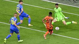 Pada menit awal pertandingan, Belanda lebih menguasai pertandingan. Namun performa impresif dari kiper Ukraina, Georgi Bushchan mampu mengamankan gawangnya dari beberapa serangan. Ia mampu menghalau sepakan dari Denzel Dumfries, Memphis Depay, hingga Georginio Wijnaldum. (Foto: AFP/Pool/Olaf Kraak)