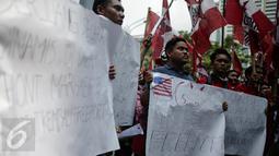 Sejumlah tulisan dibawa saat aksi aksi bela Indonesia di Kantor PT. Freeport Indonesia, Jakarta, Jumat (24/2). Massa GMNI menuntut pemerintah untuk merebut Freeport dari tangan asing. (Liputan6.com/Faizal Fanani)