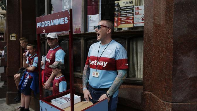 Seorang suporter West Ham menjual buku di sekitar Boleyn Ground. (IAN KINGTON / AFP)