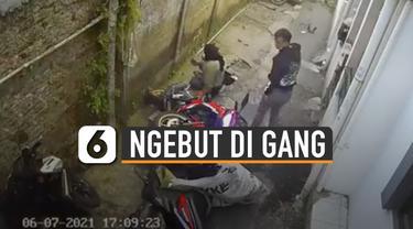 Diduga tak bisa kuasai motornya, pemuda yang mengemudi menabrak 2 motor yang terparkir.