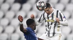 Pemain Juventus, Cristiano Ronaldo, menyundul bola saat melawan Porto pada laga Liga Champions di Stadion  Allianz, Rabu (10/3/2021). Juventus tersingkir karena skor agregat 4-4. (AP/Luca Bruno)