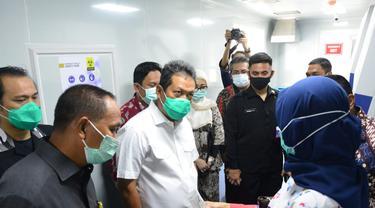 Wakil Menteri Pertahanan Sakti Wahyu Trenggono saat menyambangi  asilitas manufaktur Biosafety Level milik Pindad di Bekasi. (Dok: Kemenhan)