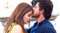 Shahrukh Khan dan Anushka Sharma dalam film Jab Harry Met Sejal.