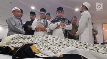 Ketua MPR Zulkifli Hasan saat mensalatkan jenazah almarhum KH Maimun Zubair atau Mbah Moen di Daker Mekkah, Aziziah, Selasa (6/8/2019). Kabar duka menyelimuti Tanah Air. Kiai karismatik KH Maimun Zubair atau akrab disapa Mbah Moen wafat di Makkah Almukarramah. (Liputan6.com/HO/Andri)