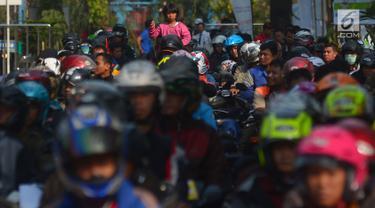 Pemudik sepeda motor gratis mengantre naik kapal di Pelabuhan Tanjung Priok, Jakarta, Rabu (13/6). Pada program mudik gratis ke Semarang ini kuota penumpang yang berangkat sebanyak 11.938 pemudik dan 5.555 motor. (Merdeka.com/imam buhori)