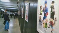 Sejumlah pengunjung mengamati tokoh-tokoh animasi yang ditampilkan di Festival Komik dan Animasi Nasional (FKAN) X yang digelar di Tempoa Art Geleri Kota Jambi, Rabu (4/9/2019) malam. (Liputan6.com/Gresi Plasmanto)