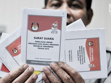 Petugas Komisi Pemilihan Umum (KPU) memperkenalkan contoh lima surat suara Pemilu 2019 di Gedung KPU, Jakarta, Senin (10/12). KPU memperkenalkan contoh lima surat suara yang akan digunakan dalam Pemilu 2019. (Merdeka.com/Iqbal Nugroho)