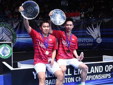 Ganda putra Indonesia, Kevin Sanjaya/Marcus Gideon, merebut gelar All England 2017 setelah mengalahkan pasangan China, Li Junhui/Liu Yuchen. Pada partai final, Minggu (12/3/2017), Kevin/Marcus menang dua gim 21-19 dan 21-14. (AFP/Justin Tallis)