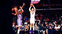 Bintang Los Angeles Clippers, Blake Griffin, mencetak 18 poin untuk memimpin timnya mengalahkan Sacramento Kings di Staples Center, Los Angeles, Kamis (12/10/2017). (Bola.com/Twitter/LAClippers)