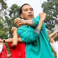 Presiden Jokowi melakukan gerakan tangan saat mengikuti senam pagi bersama di halaman Istana Bogor, Jawa Barat, Sabtu (12/8). (Liputan6.com/Angga Yuniar)