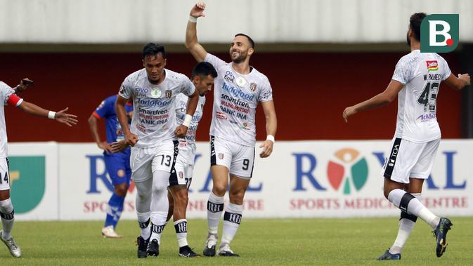 Penyerang Bali United, Ilja Spasojevic (tengah) melakukan selebrasi usai menjebol gawang Persiraja Banda Aceh dalam pertandingan Babak Penyisihan Grup D Piala Menpora 2021 di Stadion Maguwoharjo, Sleman. Senin (29/3/2021). (Bola.com/Ikhwan Yanuar)