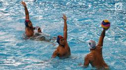 Pemain polo air Indonesia menghalau pemain Arab Saudi pada laga terakhir peringkatan Asian Games 2018 di Stadion Aquatic Centre, GBK, Jakarta, Sabtu (1/9). Indonesia harus puas berada di posisi delapan. (Merdeka.com/Imam Buhori)