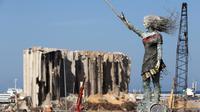 Sebuah patung perempuan terlihat di dekat Pelabuhan Beirut di Lebanon pada 20 Oktober 2020. Sejumlah seniman Lebanon membuat patung perempuan itu menggunakan puing-puing dari ledakan di Pelabuhan Beirut. (Xinhua/Bilal Jawich)