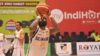 Pemain Bogor Siliwangi, Michael Vigilance, saat melepaskan free throw dalam laga melawan NSH Jakarta di GOR Sritex Arena, Kamis (10/1/2019). (Bola.com/Vincentius Atmaja)
