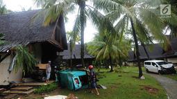 Mobil dan genset terseret pasca gelombang Tsunami Anyer di Tanjung Lesung Beach Resort, Pandeglang, Banten (23/12). BNPB mencatat hingga Minggu, pukul 16.00 WIB 222 orang meninggal dunia, 843 luka-luka dan 28 orang hilang. (merdeka.com/Arie Basuki)