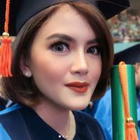 Pemain sinetron Kepompong Tania Putri tampil cantik saat wisuda S2 (Instagram/@taniaputri707)
