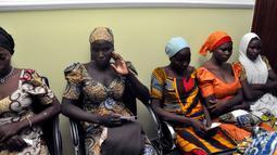 Sejumlah gadis sekolah Chibok menunggu bertemu Presiden Muhammadu Buhari di Abuja, Nigeria (7/5). Sebanyak 82 dari 276 siswa perempuan Chibok yang diculik tiga tahun lalu dibebaskan dan diserahkan kepada militer pemerintah. (AP Photo/Olamikan Gbemiga)