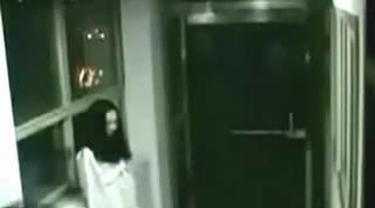Isengnya seorang wanita yang berpura-pura menjadi hantu di sebuah rumah sakit.