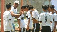 Claudio de Jesus, legenda Arema yang kini melatih SSB Kejora di Malang. (Bola.com/Iwan Setiawan)