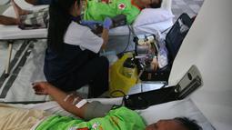 Sejumlah pendonor mengikuti donor darah di Masjid Kauman,Yogyakarta, (11/6/2016).Safari donor darah ramadan pundi amal SCTV di sambut antusias oleh masyarakat.(Boy Harjanto)