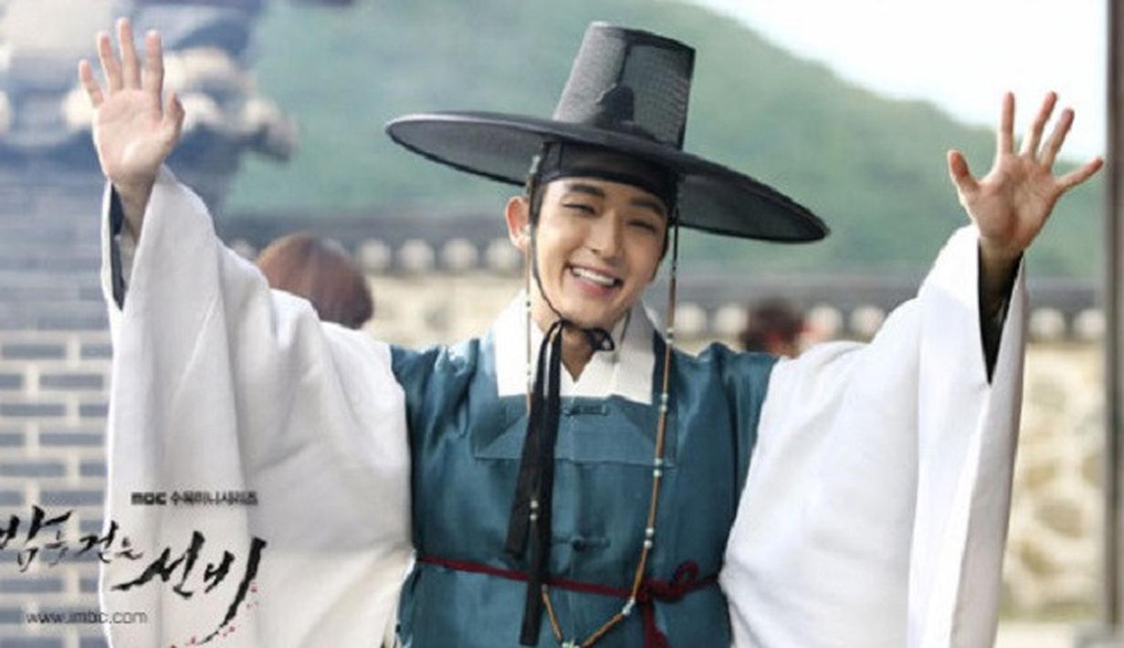 Lee Joon Gi terlihat begitu tampan saat memakai hanbok. Hal itu dapat dilihat saat ia bermain dalam drama Scarlet Heart: Goryeo, Gunman in Joseon, dan The King and the Clown. (Foto: soompi.com)