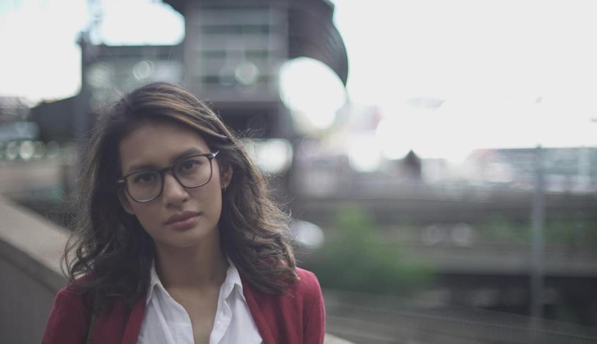 "Wanita kelahiran tahun 1988 ini tampak cantik menggunakan kacamata. Dengan kemeja putih dan outer merah, penampilan aktris yang mulai terkenal sejak membintangi Film ""Badai Pasti Berlalu"" ini semakin terlihat menawan. (Liputan6.com/IG/@raihaanun)"