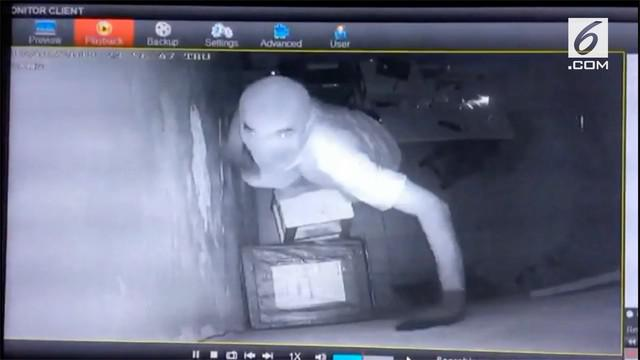 Beredar rekaman CCTV tembok rumah Pegadaian dibobol maling. Diperkirakan kerugian mencapai miliaran Rupiah.