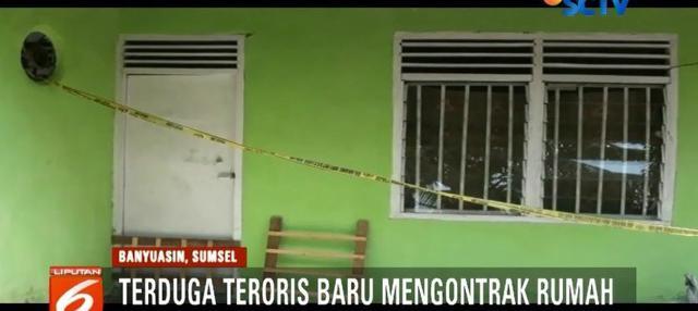 Garis polisi masih mengelilingi rumah teroris di Banyuasin. Rumah yang dihuni terduga teroris berinisial SP, kini menjadi tontonan pasca pemilik rumahnya ditangkap dan diamankan petugas.