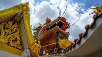 Kepala naga terlihat di atas kuil Buddha Wat Samphran (Kuil Naga) di Nakhon Pathom, sekitar 40 km sebelah barat Bangkok pada 11 September 2020. Kuil Buddha ini menjadi salah satu destinasi wisata di Thailand karena memiliki arsitektur menakjubkan. (Photo by Mladen ANTONOV / AFP)