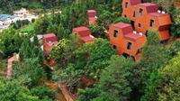 Foto dari udara menunjukkan fasilitas menginap yang berbentuk unik di Desa Dongling yang berada di Sanzhen, Kota Meizhou, Provinsi Guangdong, China selatan (24/11/2020). Meizhou juga telah memperbaiki lingkungan hidup di daerah pedesaan tersebut guna meningkatkan pariwisata desa. (Xinhua/Li He)
