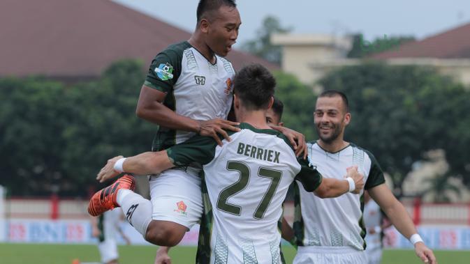 Para pemain PS Tira merayakan gol Berriex saat melawan Bhayangkara FC pada lanjutan Liga 1 2018 di Stadion PTIK, Jakarta, Jumat (4/5/2018). Bhayangkara bermain imbang 1-1 dengan PS Tira. (Bola.com/Nick Hanoatubun)