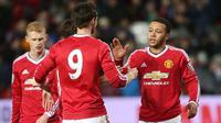 Memphis Depay (kanan) menciptakan tiga assist dan membawa Manchester United U-21  menang 7-0 atas Norwich City U-21, Senin (8/2/2016). (Daily Mail)