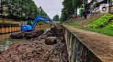 Kesibukan petugas Suku Dinas Sumber Daya Air Jakarta Barat saat menyelesaikan pengerukan lumpur di dasar aliran Kali Grogol di wilayah RW 004 Kemanggisan, Jakarta Barat, Kamis (24/6/2021). banjir. (Liputan6.com/Johan Tallo)