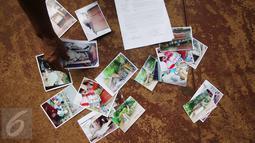 Sejumlah foto pembongkaran rumah Nelly Hutabarat, guru asal Deli Serdang, Sumatera Utara, saat menggelar aksi di depan Istana Negara, Jakarta, Rabu (13/7). Aksi Nelly itu dilakukan seorang diri dengan cara berdiam diri.  (Liputan6.com/Immanuel Antonius)