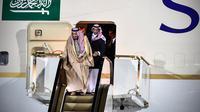 Raja Arab Saudi, Salman bin Abdulaziz Al Saud menuruni tangga eskalator dari pesawat pribadi saat tiba di Vnukovo International Airport, Rusia, 4 Oktober 2017. Eskalator emas milik Raja Salman macet setelah bergerak beberapa saat. (Alexander NEMENOV/AFP)