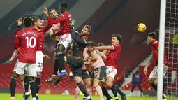 Pemain Sheffield United Kean Bryan (ketiga kiri) mencetak gol ke gawang Manchester United pada pertandingan Liga Inggris di Old Trafford, Manchester, Inggris, Rabu (27/1/2021). Sheffield United menang 2-1. (AP Photo/Dave Thompson,Pool)