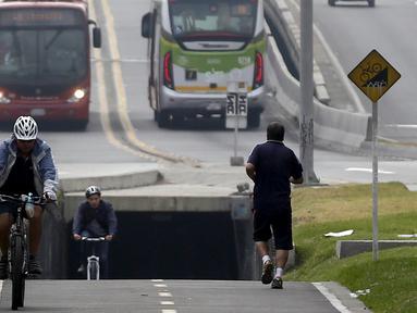 """Sejumlah Pengendara sepeda melintasi jalur yang telah disediakan selama """"No Car Day"""" di Bogota, Kolombia (4/2/2016). Selama """" No Car Day"""" Jalur ini juga dapat dilalui para pengguna sepatu roda dan skateboard. (REUTERS/John Vizcaino)"""