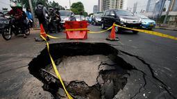 Jalan ambles selebar lebih dari 2 meter persegi itu mengejutkan pengguna jalan, Jakarta. Foto diambil pada Kamis (6/11/2014). (Liputan6.com/Johan Tallo)