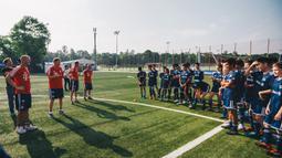 Pesepak bola muda mendapat arahan saat mengikuti Allianz Explorer Camp Football 2019 di Munchen, Jerman, Sabtu (24/8). Allianz Indonesia mengirimkan dua pesepak bola muda berbakat ke Jerman. (Dokumentasi Allianz)