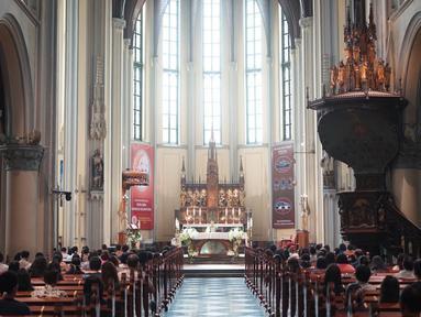 Umat Katolik menjalankan ibadah misa di Gereja Katedral Jakarta, Minggu (12/7/2020). Gereja Katedral Jakarta kembali menggelar misa bagi umat Katolik dengan menerapkan protokol kesehatan untuk mencegah penularan Covid-19. (Liputan6.com/Immanuel Antonius)