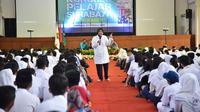 Risma mengumumkan layanan curhat untuk SMA Surabaya (Liputan6.com / Dian Kurniawan)