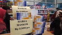 Pasar Jaya mewajibkan pembeli masker menunjukkan KTP dan tidak boleh lebih dari satu boks. (Liputan6.com/Muhammad Radityo Priyasmoro)