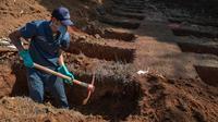 Pekerja menggali kuburan di Pemakaman Vila Formosa di tengah pandemi virus corona di Sao Paulo, Brasil, Kamis (6/8/2020). Brasil memasuki bulan keenam sejak pandemi masuk ke negara itu dengan mencatatkan hampir 3 juta kasus COVID-19 dan 100.000 kematian. (NELSON ALMEIDA/AFP)