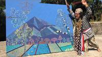 Performance art Agus Suyitno alias Agus Merapi dalam pembukaan pameran tunggalnya di tengah sungai Blongkeng. (foto: Liputan6.com/edhie prayitno ige)
