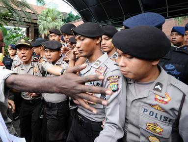 Massa yang tergabung dalam Aliansi Mahasiswa Papua dan FRI-West Papua berusaha saling menenangkan saat berunjuk rasa di depan kantor PT Freeport di Jakarta, Jumat (7/4). Mereka menuntut penutupan PT Freeport. (Liputan6.com/Helmi Fithriansyah)