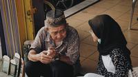 Dalih menjalani profesinya dengan setia selama 10 tahun. Sambil jualan, ia juga membaca puisi (Dok.Instagram/@ nabiiilllaa/ https://www.instagram.com/p/Bzz6xEjA7eB/Komarudin)