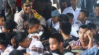 Polisi berhasil amankan sejumlah pelajar yang hendak berdemo di bawah jembatan flyover Makassar (Liputan6.com/ Eka Hakim)